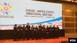 Representatives shake hands at the ASEAN-US Ministerial Meeting in Kuala Lumpur, Malaysia, August 5, 2015. (Photo: Pam Dockins / VOA)