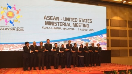 在马来西亚首都吉隆坡举行的东盟-美国部长级会议上,各国官员握手致意。