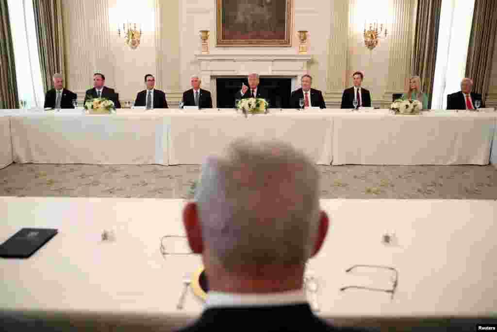 معاہدے کے بعد صدر ٹرمپ نے اسرائیلی وزیر اعظم اور دیگر مہمانوں کے اعزاز میں وائٹ ہاؤس کے مہمان خانے میں ظہرانہ دیا۔