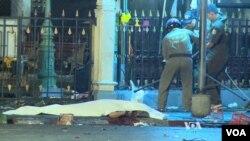 Un policía investiga la escena de la explosión en el centro de Bangkok, Tailandia, el lunes, 17 de agosto de 2015.