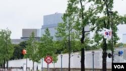 举行日中韩峰会和双边会谈的东京赤坂迎宾馆周三在东京警视厅6万名警察不允行人靠近的戒备态势下召开 (美国之音记者歌篮拍摄)