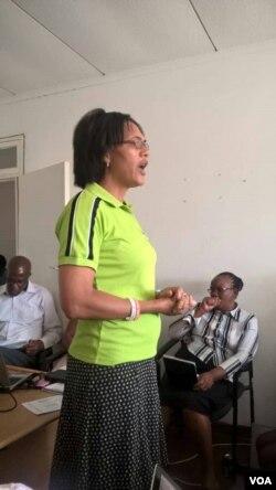 UJane Peters, umphathintambo ewofisini yezithupha koBulawayo.
