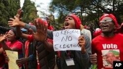 Abashigikiye Abatavuga rumwe n'Ubutegetsi mu myiyerekano mu mabarabara y'i Harare, basaba impinduka mu gutegura amatora yimirije kw'itariki 30 z'ukwezi kw'indwi, Harare, itariki 5/06/2018