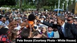 Le président touche les cheveux d'une petite fille à l'ambassade américaine de Dar es Salaam, en Tanzanie, le 2 juillet 2013.