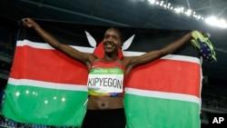 Faith Chepngetich Kipyegon célébrant sa médaille d'or, Rio de Janeiro, Brésil, le 16 août 2016. (AP Photo/Matt Slocum)