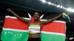 Faith Kipyegon célèbre après avoir remporté l'or à la finale de 1500 mètres-dames aux Jeux Olympiques d'été de 2016 à Rio de Janeiro, au Brésil, 16 août 2016.