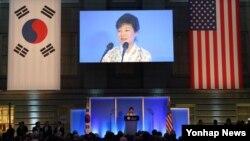 박근혜 한국 대통령이 7일 오후 미국 워싱턴 스미스소니언 박물관에서 열린 미한동맹 60주년 기념만찬에서 만찬사를 하고 있다.