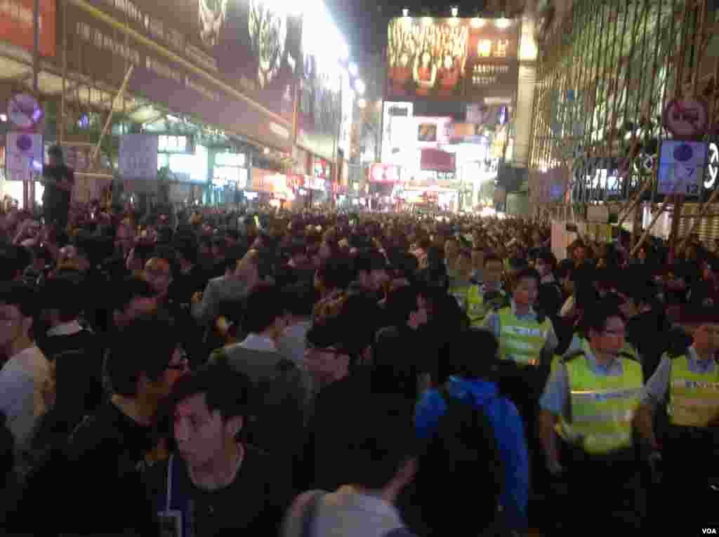 数以百计香港市民在旺角几外路段聚集 (美国之音海彦拍摄)