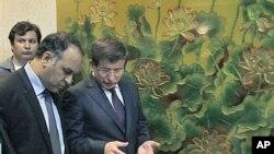 土耳其外長達吾特奧廬(右)7月3日會見利比亞全國過渡委員會執委副主席阿爾沙維(左)準備召開記者會