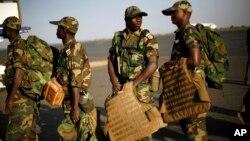 Des soldats de la force régionale attendent à l'aéroport de Bamako avant leur déploiement, 17 janvier 2013. (AP Photo/Jerome Delay)