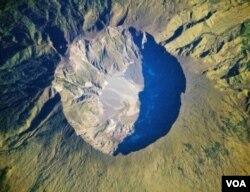 Gunung Tambora di Pulau Sumbawa, provinsi Nusa Tenggara Barat pernah meletus tahun 1815.
