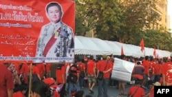 Người biểu tình Áo đỏ cầm hình cựu Thủ tướng Thái Lan bị lật đổ Thaksin Shinawatra