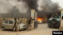 Pasukan keamanan Afghanistan tiba di lokasi serangan oleh militan Taliban di provinsi Kunduz (foto: dok).