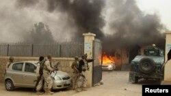 Pasukan keamanan Afghanistan tiba di lokasi serangan di provinsi Kunduz, 27 Oktober 2014 (Foto: dok). Sedikitnya 26 anggota pasukan keamanan tewas dalam serangan Selasa dini hari (5/2) di kawasan ini.