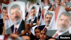 지난 6월 이집트 전 대통령 무함마드 무르시를 지지하는 사람들이 쿠알라룸푸르의 이집트 대사관 앞에서 시위를 하고 있다.