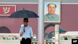六四纪念日之前中国便衣保安人员在天安门前执勤(2015年6月1日)