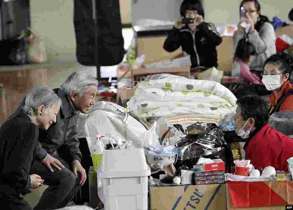 Император Акихито и императрица Мичико беседуют с эвакуированными в Казо, префектура Саитама. 8 апреля 2011 г.