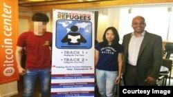 탈북자들이 영어를 배울 수 있도록 원어민과 연결해 주는 단체 TNKR(Teach North Korean Refugees)의 공동설립자인 케이시 라티그 대표(오른쪽)가 자원봉사자 제니 리 씨(가운데)와 탈북자 남학생과 함께 기념사진을 촬영했다.