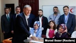 Presiden Turki Tayyip Erdogan memasukkan kartu suara di sebuah TPS di Istanbul, dalam pemilu Turki, Minggu (7/6).