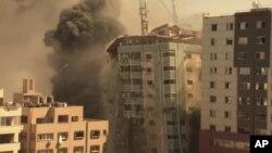 Zgrada u kojoj se nalaze strani mediji, među kojima i Asošijeted pres, srušila se nakon izraelskog vazdušnog udara na Gazu (Foto: AP)