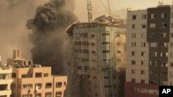 Cidade de Gaza, 15 de Maio, 2021, queda de um prédio atingido pelo ataque aéreo