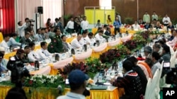 Lt. Gen. Myint Soe, of Defense Ministry, left, speaks during three days of talks between government peace negotiators and the representatives of armed ethnic rebel groups, in Myitkyina, the capital of Kachin State, Burma, Nov. 4, 2013.