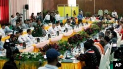 Pembicaraan antara pihak pemerintah Birma (kiri) dan pihak pasukan pemberontak etnis di Myitkyina, Kachin, Birma (4/11/2013). Pasukan Birma dituduh bertanggung jawab atas sejumlah kejahatan dalam perang saudara tersebut.