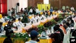 Menhan Burma Letjen. Myint Soe (kiri) memberikan sambutan dalam pembicaraan damai antara pemerintah dan perwakilan kelompok pemberontak negara itu di Myitkyina, ibukota negara bagian Kachin, Burma (4/11).
