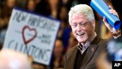 """""""No creo que en toda mi vida, nadie que haya buscado este cargo en un momento de gran importancia, estuviera mejor calificado en conocimiento, experiencia y temperamento"""", dijo Bill Clinton en su primer mitin de campaña a favor de su esposa Hillary Clinton."""