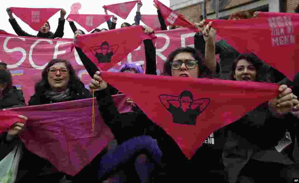 این زنان معترض در شهر رم ایتالیا با نگه داشتن روسری و دستمالهایی خواستار رعایت حقوق زنان در این کشور شدند.