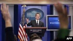 Phát ngôn viên Tòa Bạch Ốc Jay Carney trả lời các câu hỏi tại một cuộc họp báo