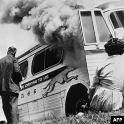 Irqchilar Alabama shtatida yosh faollar ketayotgan avtobusga o't qo'ygan, 1961