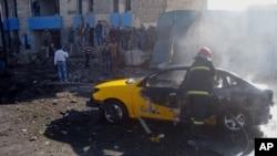 1月7日,伊拉克基爾庫克發生汽車炸彈襲擊後,消防隊員在現場滅火。