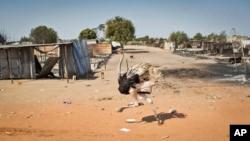 Nhà cửa bị tàn phá, đường xá không bóng người, trong thủ phủ Bentiu, bang Unity của South Sudan, sau khi lực lượng chính phủ chiếm lại nơi này từ tay phiến quân 12/1/14