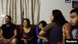 Ricardo, Alicia, María, Lizette y Edgar que emigró de México en su casa en Phoenix, Arizona. Su ilegalidad es una pesadilla diaria. Confían en la propuesta republicana que flexibiliza las condiciones.