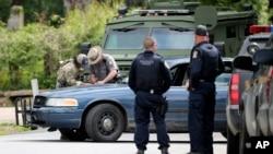 Polisi memeriksa sebuah tempat yang diduga kuat merupakan lokasi yang disinggahi dua napi yang kabur dari fasilitas penahanan Clinton di Dannemora, Mountain View, New York (23/6).