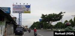 Anggota DPR RI Roy Suryo sampai memasang baliho jungkir balik untuk menarik perhatian pemilih. (Foto: VOA/Nurhadi)