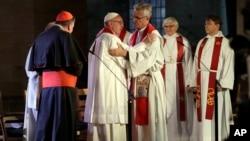 El papa Francisco abraza al secretario general de la Federación Mundial luterana, reverendo Martin Junge, durante un servicio de oración ecuménico en la catedral luterana de Lund, en Suecia. Oct. 31, 2016.
