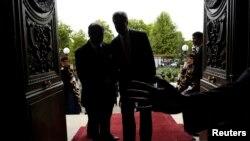 Menteri Luar Negeri AS dan Menlu Perancis Laurent Fabius tiba di konferensi pers di Kementerian Luar Negeri Perancis, Paris, Sabtu (7/9).