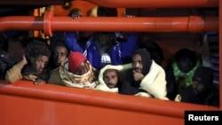 來自非洲的船民被意大利海岸警衛隊救援後被送到西西里島的一個港口。