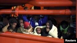Des migrants dans le port sicilien de Pozzallo, 4 mai 2015.