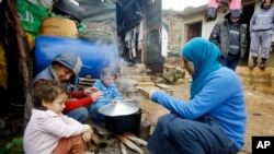 流落到黎巴嫩的一名叙利亚妇女在为孩子们做饭。(资料照)