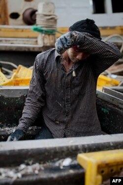 Miles de hombres de Myanmar y Camboya se lanzan al mar en botes de pesca tailandeses todos los días, pero muchos son trabajadores no voluntarios, son esclavos obligados a trabajar bajo condiciones brutales y bajo amenaza de muerte. Septiembre 2011.