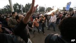 Magoya bayan shugaba Morsi, da masu adawa suka baiwa hamata iska a harabar fadar shugaban kasa a Alkahira, ranar laraba.