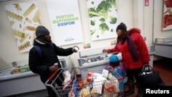 Des demandeurs d'asile nigérians dans un magasin d'alimentation de Montréal, Québec, Canada, le 13 février 2018.