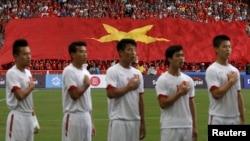 Các cầu thủ Việt Nam hát quốc ca trước một trận đấu ở SEAGAMES.