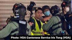 大批防暴警察5月27日中午在中環皇后大道中截查一批手持攝錄器材、身穿反光衣的記者 (攝影:美國之音湯惠芸)