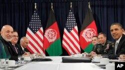 ບັນດາຜູ້ນຳຂອງກຸ່ມເນໂຕ ແລະ ປະທານາທິບໍດີອັຟການິສຖານ ທ່ານ Hamid Kazai ກຳລັງຢູ່ໃນໂຕະເຈລະ ຈາ ເພື່ອເຊັນຂໍ້ຕົກລົງນຳກັນໃນຕອນປິດກອງປະຊຸມສຸດຍອດ 2 ວັນຂອງ NATO ໃນມື້ ວັນເສົາ ທີ 20 ພະຈິກ ວານນີ້.