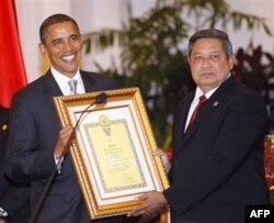 Obamaning onasi Stenli Anna Dunxem Indoneziya taraqqiyotiga qo'shgan qissasi uchun taqdirlandi. Mukofot uning o'g'li - AQSh prezidentiga topshirildi, 9 noyabr 2010