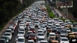 新德里马路上汽车排起长龙(资料图)